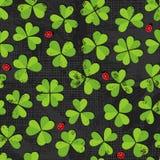 Prato verde del trifoglio con il modello delle coccinelle su buio Fotografie Stock Libere da Diritti