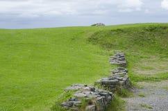 Prato verde intenso di Disecting della parete del castello Fotografia Stock