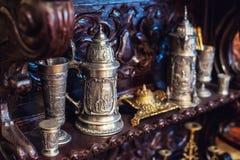 Pratos antigos velhos do vintage, grandes canecas de prata Imagens de Stock