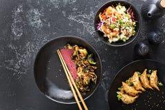 Pratos asiáticos da culinária na opinião aérea da tabela imagens de stock