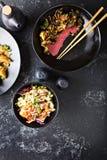 Pratos asiáticos da culinária na opinião aérea da tabela fotografia de stock royalty free
