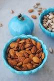Pratos azuis no estilo oriental com amêndoas e pistaches Imagem de Stock