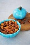 Pratos azuis no estilo oriental com amêndoas e pistaches Foto de Stock Royalty Free