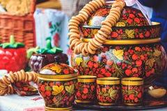 Pratos bonitos de madeira do russo com Khokhloma foto de stock