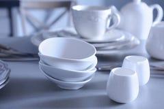 Pratos brancos na tabela imagem de stock
