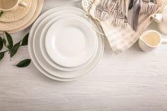 Pratos brancos na tabela fotografia de stock