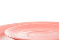 Pratos cerâmicos cor-de-rosa vazios foto de stock