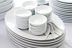 Pratos, colher e bacia brancos Imagens de Stock