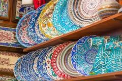 Pratos coloridos da cerâmica turca tradicional clássica no bazar grande de Istambul Lembranças de Istambul, Turquia imagens de stock royalty free
