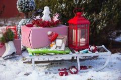 Pratos, cutelaria e decoração do Natal em vermelho e em branco imagens de stock