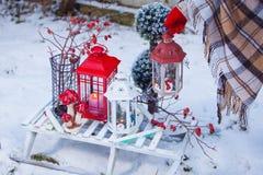 Pratos, cutelaria e decoração do Natal em vermelho e em branco fotos de stock royalty free
