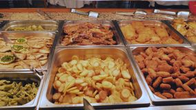 Pratos da carne para o almoço no hotel Servi?o do auto vídeos de arquivo