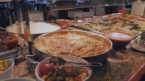 Pratos da carne para o almoço no hotel Servi?o do auto filme