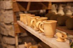 Pratos da cerâmica em prateleiras Fotos de Stock
