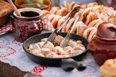 Pratos da culinária bielorrussa tradicional - bacon e carne fritados Fotos de Stock