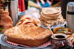 Pratos da culinária bielorrussa tradicional - torta, panquecas e Fotografia de Stock
