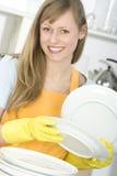 Pratos da limpeza da mulher Imagem de Stock