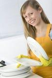 Pratos da limpeza da mulher foto de stock