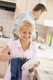 Pratos da limpeza do pai e da filha Foto de Stock Royalty Free
