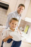 Pratos da limpeza do pai e do filho Imagem de Stock