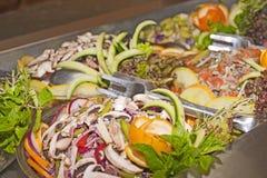 Pratos da salada em um bufete Foto de Stock