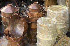 Pratos de bronze na exposição, Fes Marrocos foto de stock royalty free