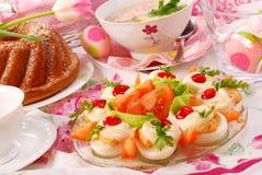Pratos de Easter na tabela festiva fotografia de stock royalty free