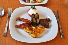 Pratos de Kofte, de borek, de dolma e de galinha em um prato branco fotos de stock