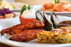 Pratos de Kofte, de borek, de dolma e de galinha em um prato branco imagens de stock royalty free