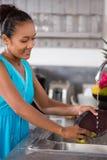 Pratos de lavagem da dona de casa fotos de stock
