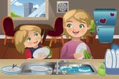 Pratos de lavagem da filha da mãe Imagens de Stock