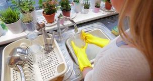 Pratos de lavagem da menina em casa filme