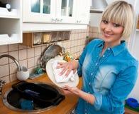 Pratos de lavagem da mulher Fotos de Stock Royalty Free
