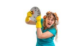 Pratos de lavagem da mulher agressiva da dona de casa foto de stock royalty free