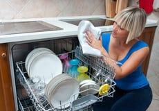 Pratos de lavagem da mulher atrativa Fotografia de Stock