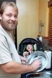 Pratos de lavagem do filho e do pai. Foto de Stock Royalty Free