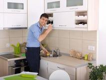 Pratos de lavagem do homem Fotografia de Stock Royalty Free