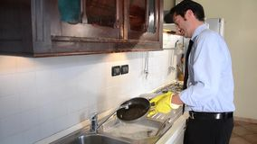 Pratos de lavagem do homem de negócios filme