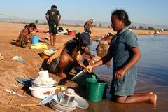 Pratos de lavagem em um rio imagem de stock royalty free