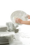 Pratos de lavagem - mãos com as luvas na cozinha imagem de stock royalty free