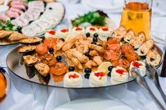 Pratos de peixes dos salmões, dos mexilhões e do caviar em uma placa Foto de Stock Royalty Free