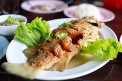 Pratos de peixes fritados na tabela Imagens de Stock Royalty Free
