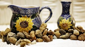 Pratos de porcelana cercados por seixos pequenos em um fundo claro imagem de stock