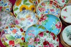 Pratos de porcelana coloridos foto de stock