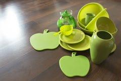Pratos de porcelana verdes em um assoalho de madeira escuro Fotos de Stock Royalty Free