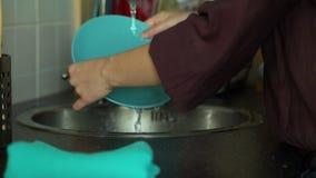 Pratos de secagem da mulher na cozinha vídeos de arquivo