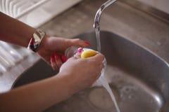 Pratos de secagem da mulher na cozinha fotos de stock royalty free