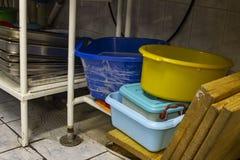 Pratos de serviço público lavados na área da máquina de lavar louça, na cozinha do restaurante fotografia de stock