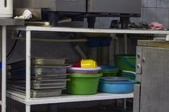 Pratos de serviço público lavados na área da máquina de lavar louça, na cozinha do restaurante fotos de stock royalty free
