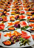 pratos decorados e pratos preparados para os clientes que vêm ao restaurante típico de Trentino fotografia de stock royalty free